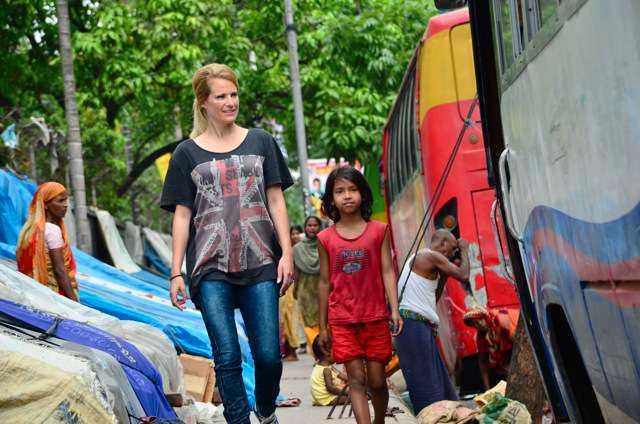 """Reste runt i slummen Som nybliven tvåbarnsmamma till Kit var det extra starkt för Laila att träffa barn som lever i slummen. """"Jag vill definitivt hålla kontakt med Jahanaras familj, se om ett år om de kommit bort från gatan"""", säger Laila."""
