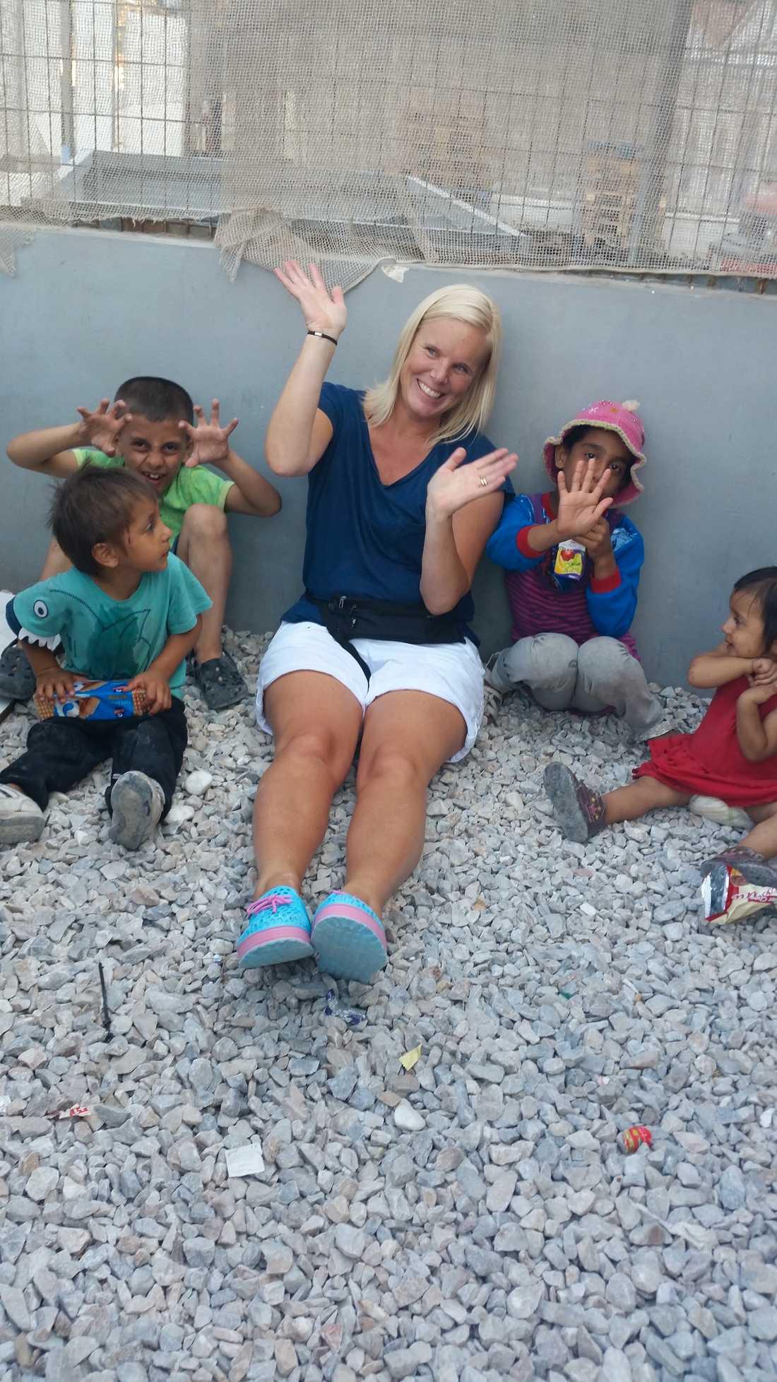 Maria Westin leker med barnen i flyktingmottagningen på ön Samos.