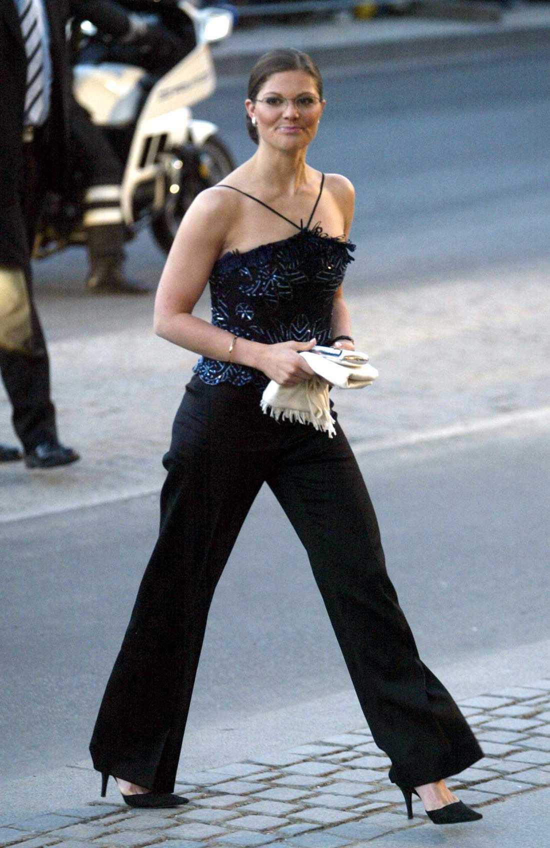 2005 200-årsjubileet av H C Andersens födelse firas på Kungliga teatern i Köpenhamn och kronprinsessan gästar iklädd svarta byxor och glittrig top. Under de här åren väljer hon ofta glasögon .