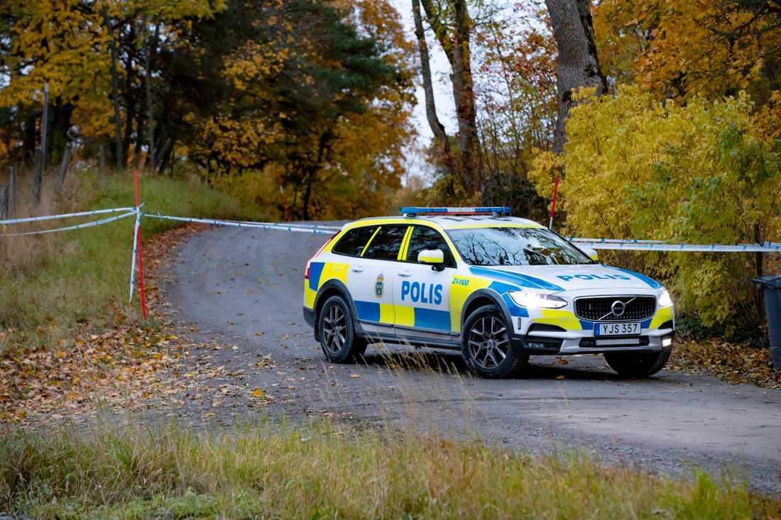 Morgonen efter att en bil uppträtt mystiskt i området hittades en döda kropp.