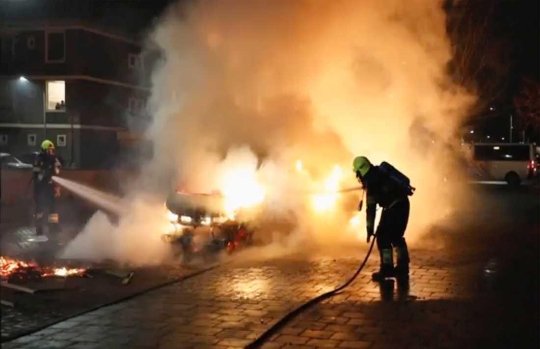Brandmän släcker en brand i ett fordon som tänds av upploppsmän i Haarlem, Nederländerna. Grupper av ungdomar har konfronterat polisen i flera holländska städer. De protesterar mot utegångsförbudet genom att vandalisera, kasta fyrverkerier och starta bränder. Under måndagskvällen använde polisen vattenkanoner och tårgas mot demonstranter i hamnstaden Rotterdam.