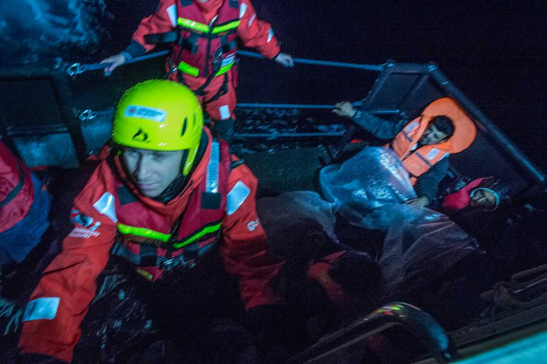 Aftonbladets Erik Wiman i en räddningsflotte.
