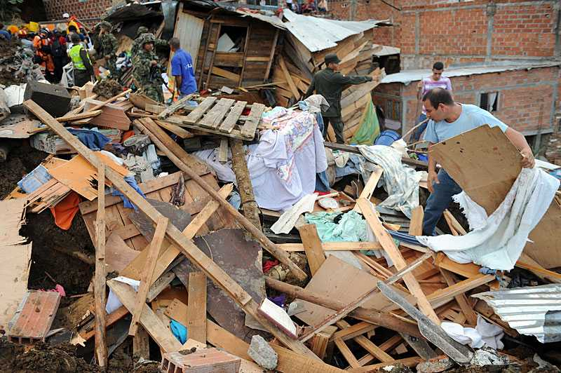 Bybor gräver sig ner bland bråten efter jordskredet för att leta efter sina anhöriga i La Gabriela.