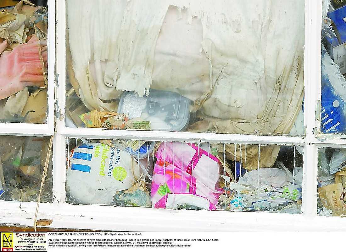 SAMLARENS HEM Gordon Stewart, 74, hade hela huset fullt av skräp. Han tog sig fram bland det stinkande avfallet genom ett tunnelsystem, där han till slut dog av uttorkning.