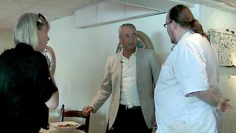 filmas med DOLD kamera Aftonbladets Karin Ahlborg och Richard Aschberg konfronterar kocken på restaurangen Trattoria Romana i Gamla Stan i Stockholm. Den halstrade sjötungan de beställde till lunch visade sig vara en bluff. I stället för lyxfisk á 400 kronor kilot åt de hajmal – som kostar ungefär 40 kronor kilot.