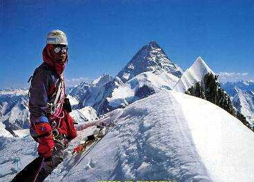 en höjdare 1990 besteg Göran Kropp berget Muztagh Tower, 7 273 meter högt. Han var då endast 23 år gammal. Bilden är tagen på bergets topp och användes i en kampanj för att samla sponsorer inför den stora expeditionen några år senare då han klättrade upp på berget i bakgrunden, K 2. Det är världens näst högsta med sina 8 611 meter och hör till bergskedjan Karakoram i Kashmir, Pakistan.