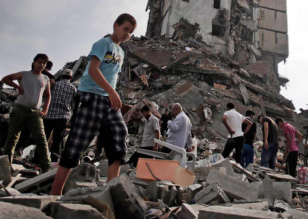 Sönderbombat Palestinier inspekterar förödelsen efter en av Israels attacker mot Gaza City i somras.