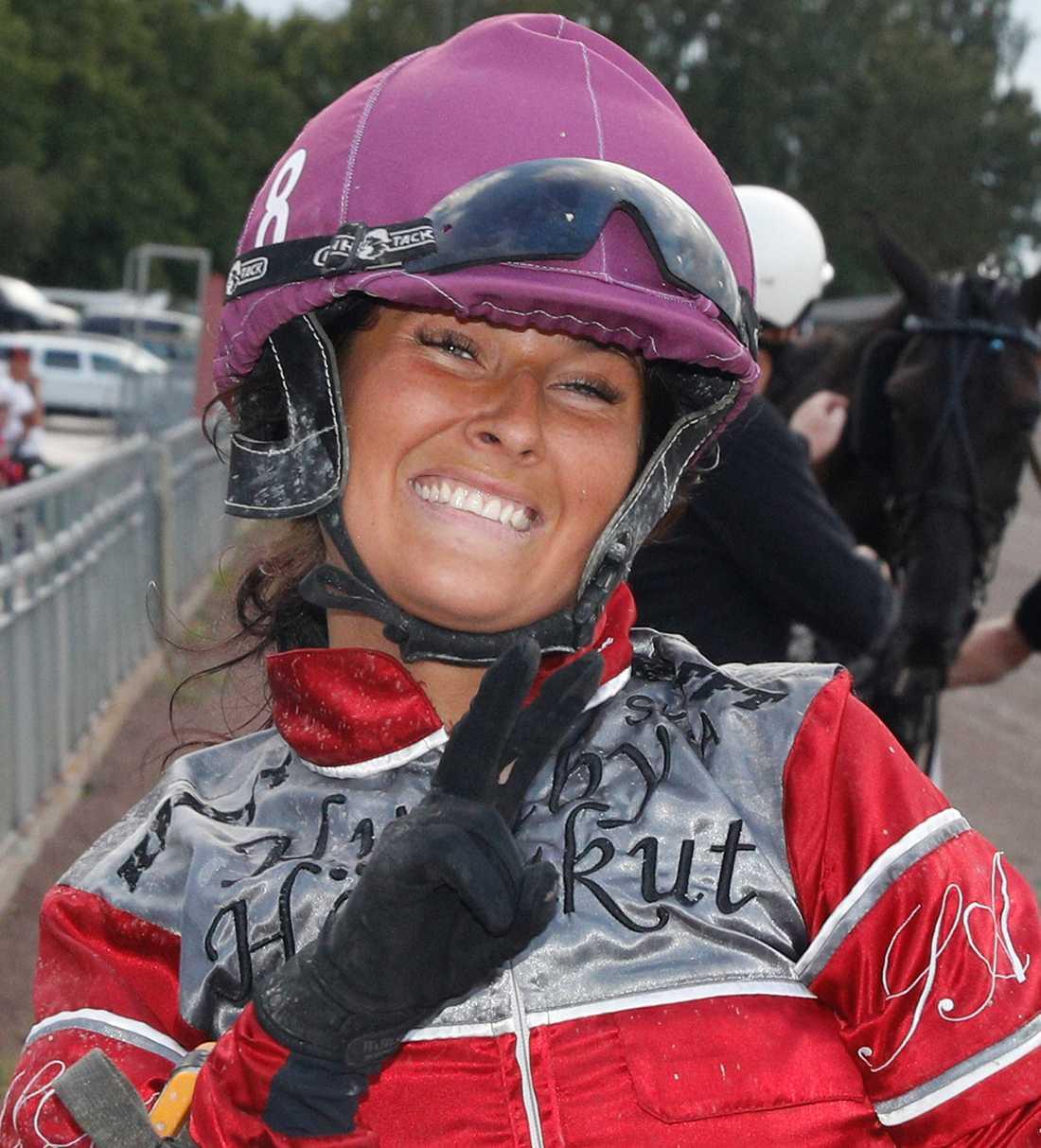 Sofia Adolfsson rider i dag sitt första lopp på den mäktiga nationalarenan Vincennes i Paris.