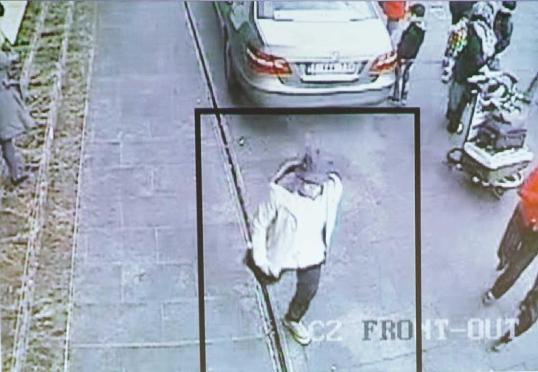 En av de misstänkta flygplatsterrorister, mannen i hatt, på nya bilder som polisen i Belgien har släppt.