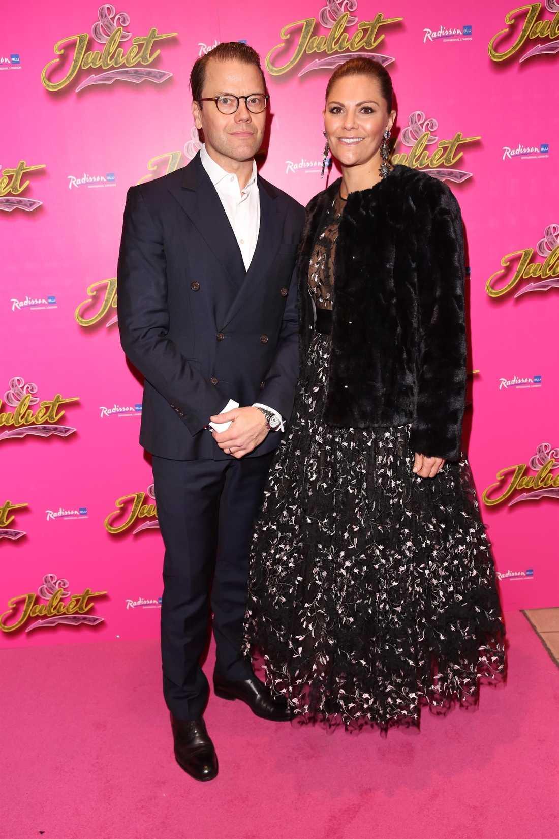 Det var kändistätt i publiken under onsdagens premiärvisning i London. Här är kronprinsessan Victoria tillsammans med kronprins Daniel.