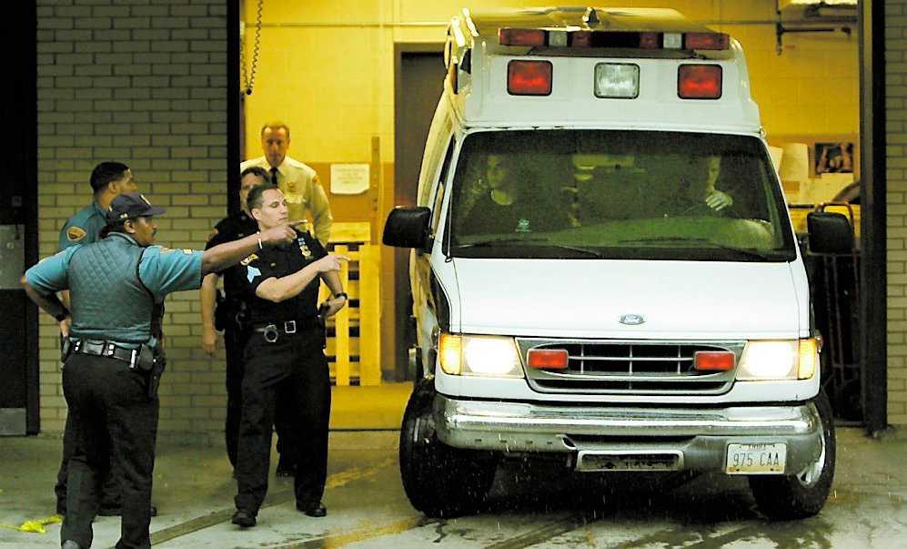 Tog sitt liv Polisen dirigerar en ambulans som ska hämta kroppen av eleven som började skjuta vilt omkring sig. Han tog sitt eget liv.