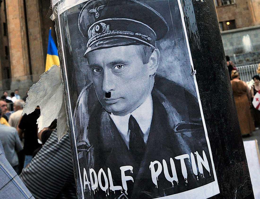 I demonstrationer jämförs ofta den ryske presidenten Vladimir Putin med Adolf Hitler. Foto: AP