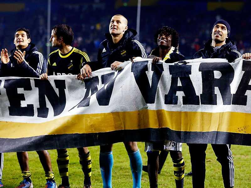 """""""Vi kommer sakna dig resten av vårt liv"""", stor det på banderollen som AIK-spelarna höll upp på innerplan."""