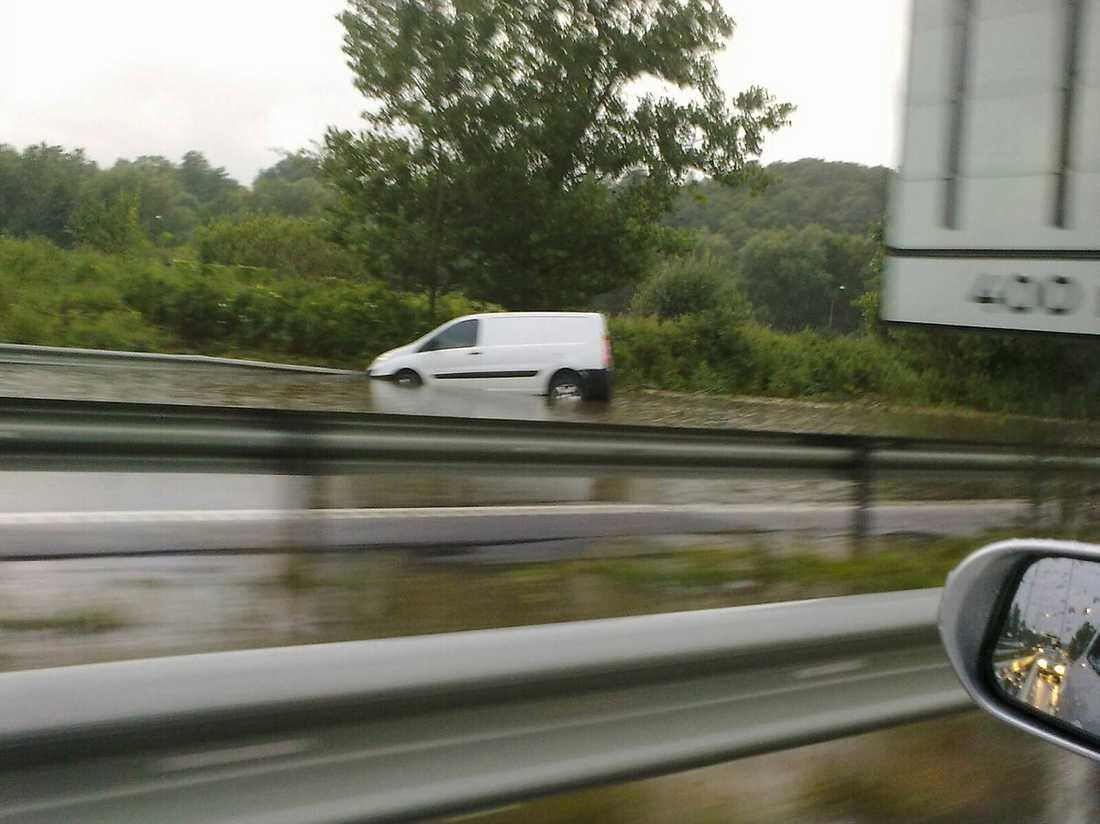 TRAFIKSTOPP I söndags stängde många vägar på grund av vädret. Bilden visar tydligt varför. Foto: LÄSARBILD