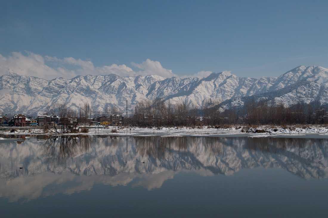 Kashmir präglas av sina dramatiskt vackra berg. Men när det blir dåligt väder innebär det kuperade landskapet stor fara. Arkivbild från Babdemsjön i Srinagar.