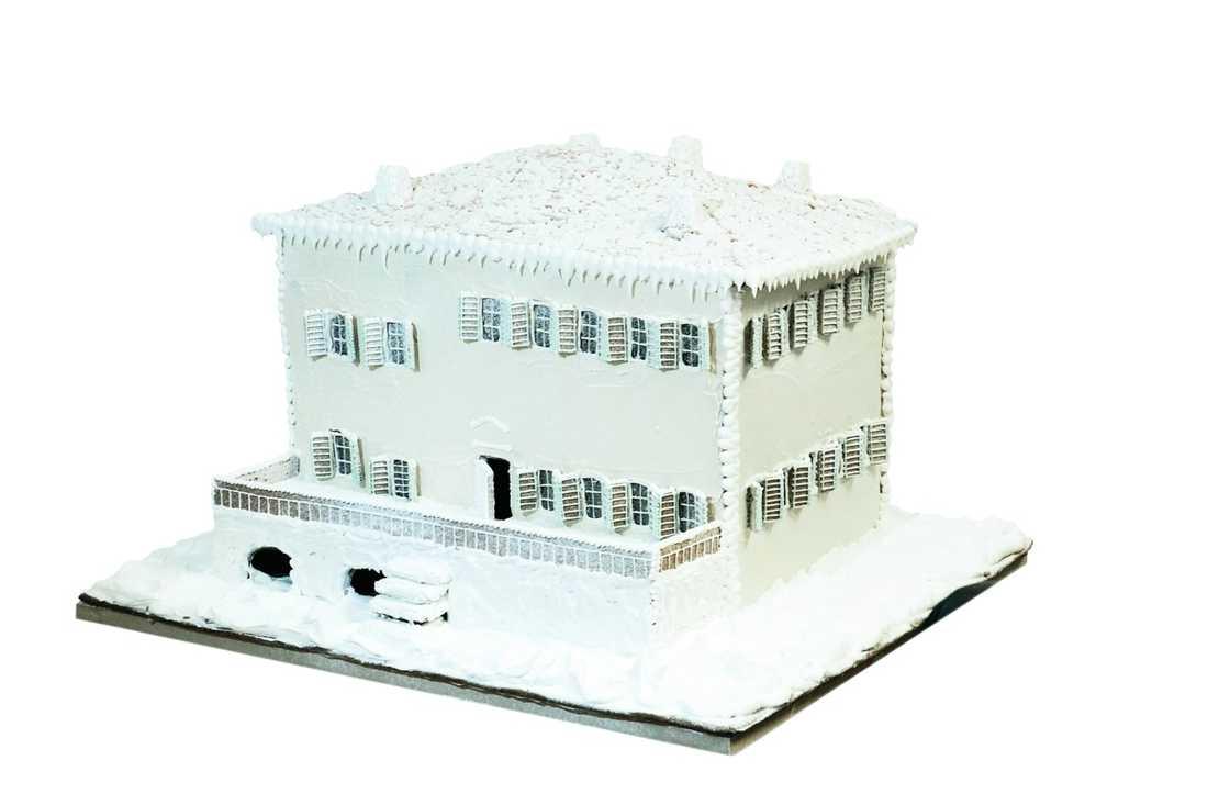 Huset är cirka 40 centimeter högt. Botten mäter 55 x 65.