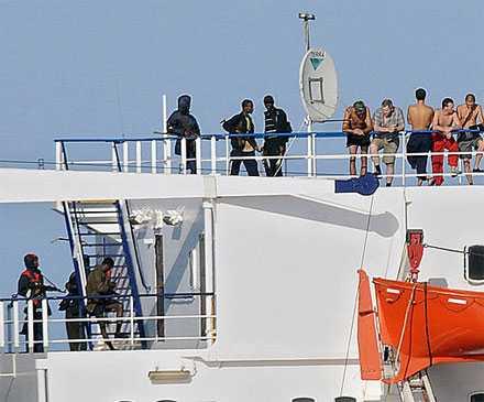 Piraterna håller ett 20-tal besättningsmän som gisslan ombord på fartyget.