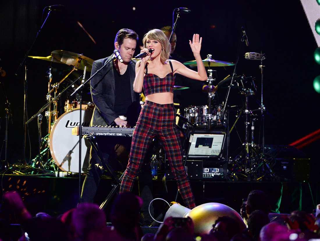 Taylor Swift uppträdde på en gala inför 25-årsfesten.