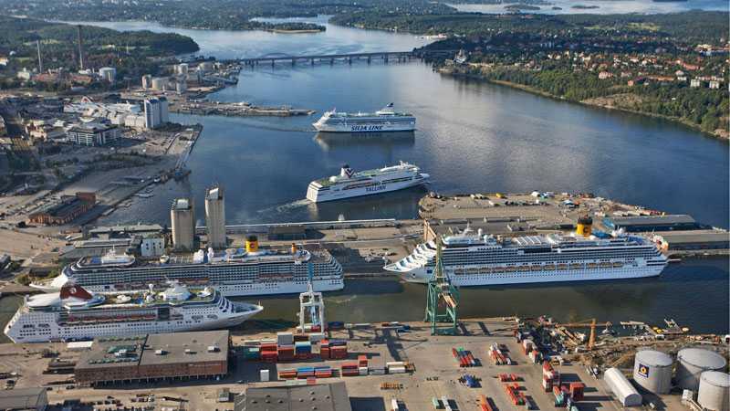 Vy över Frihamnen där kajen byggs ut till 2013 för att ta in fler stora båtar.