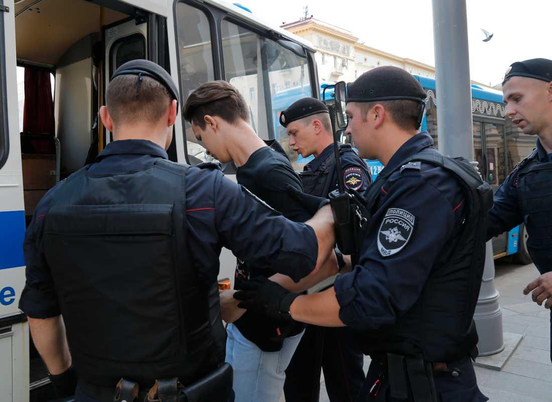 Rysk polis griper en man inför en osanktionerad protestmarsch i centrala Moskva.