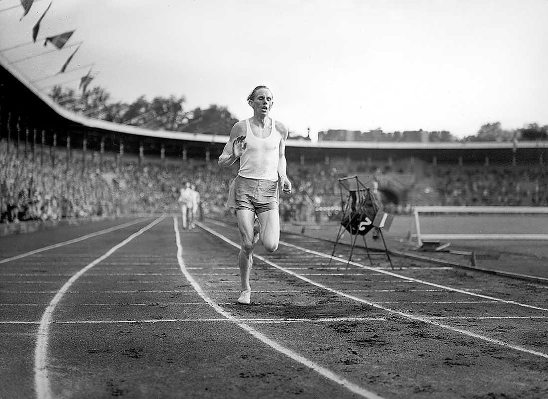 LÖPARLEGENDAR Gunder Hägg slår världsrekord på 1 500 meter på Stockholms stadion i överläsen stil. 17 juli 1942.