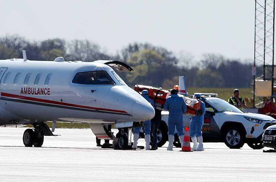 Mannen förs in i flygplanet på väg till Turkiet.