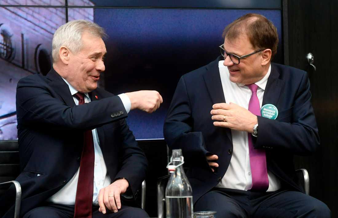 Den finländske S-ledaren Antti Rinne, till vänster, skämtar under en debatt inför valet i april med Centerledaren (och statsministern) Juha Sipilä. Arkivbild.