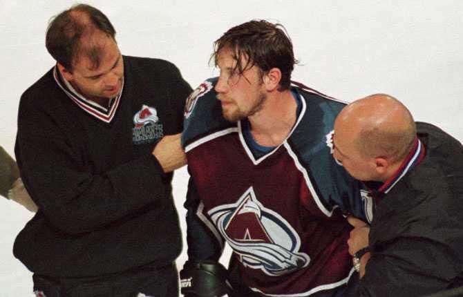 SKADAD Att det stundtals är tufft i NHL-rinkarna blev  Foppa  påmind ut. Här leds han ut efter att ha ådragit sig en hjärnskakning i mötet med Edmonton våren 1997.