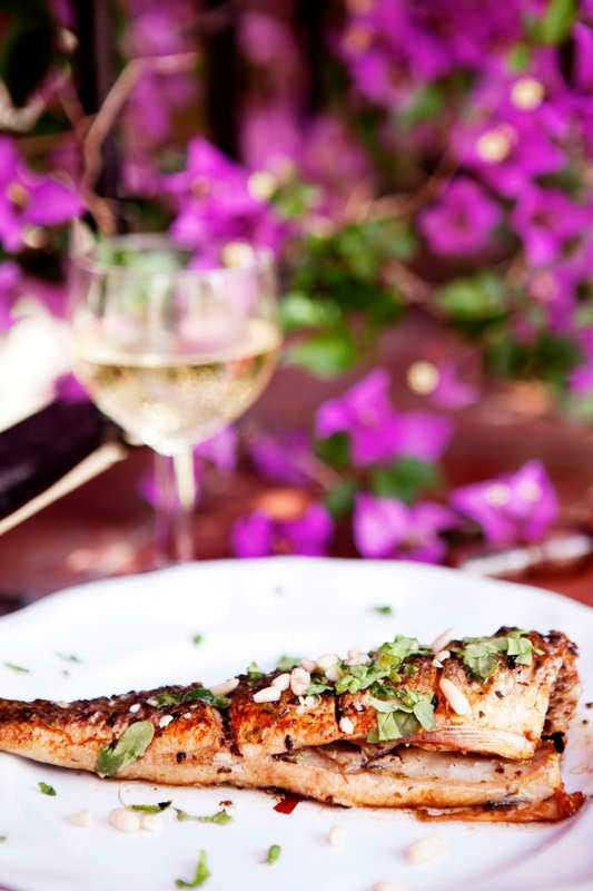 härlig fisk Marinaden är gjord på olivolja, vitlök, citron, oregano, salt och peppar. Låt havsabborren dra åt sig smakerna i två timmar.