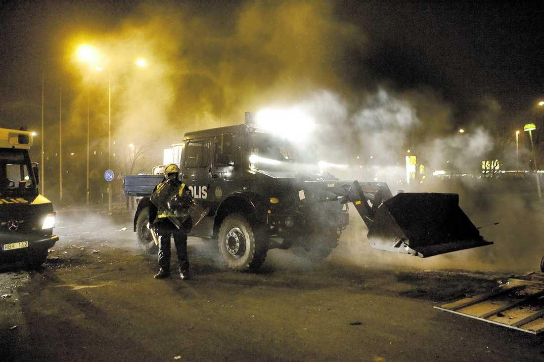 En bulldozer sattes in för att rensa gatorna på bråte.