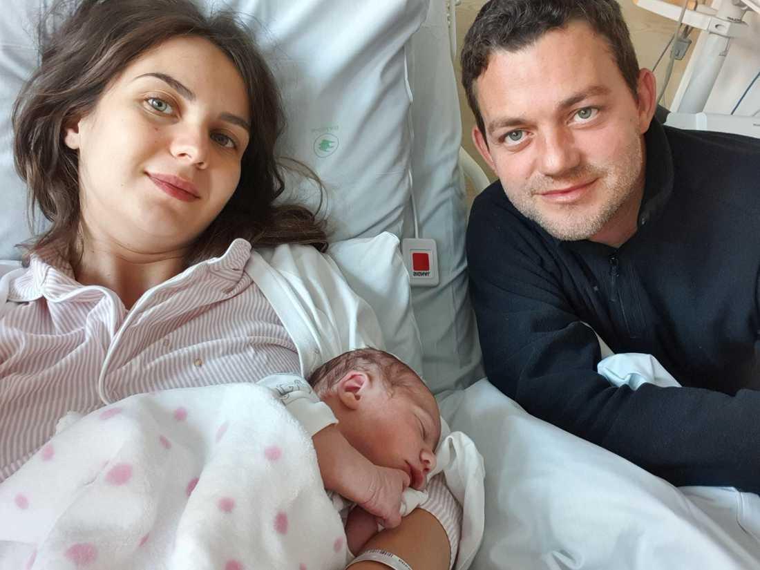 Daniel med Milica och deras nyfödda dotter Nora.