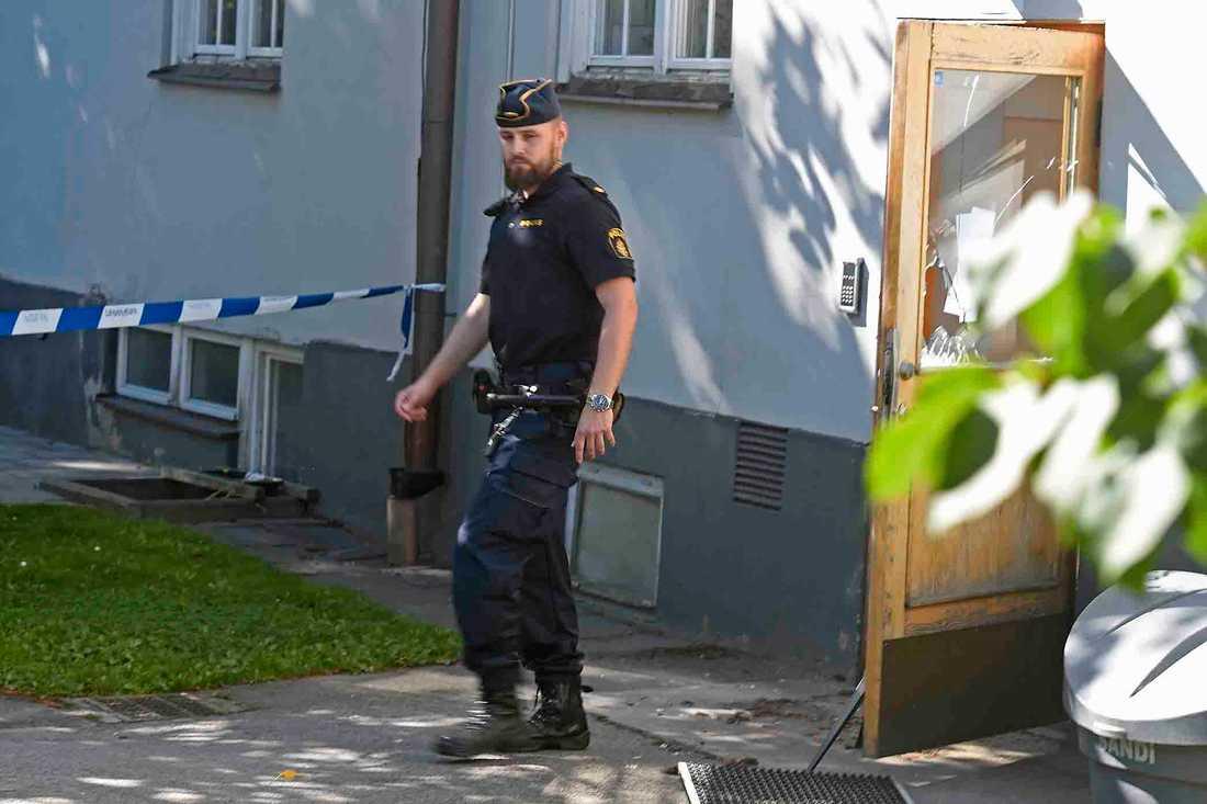 Polis på plats där misshandeln skedde.