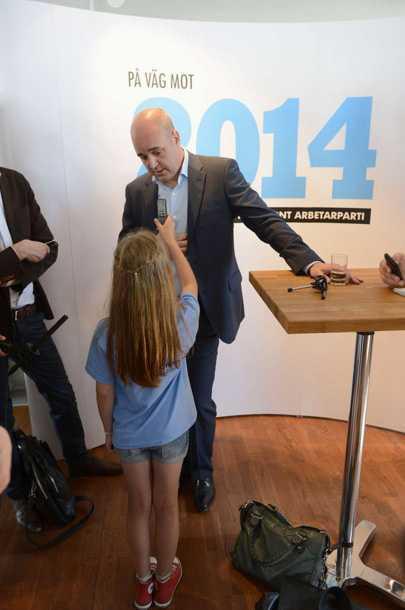 Fredrik Reinfeldt får en fråga på presskonferensen.