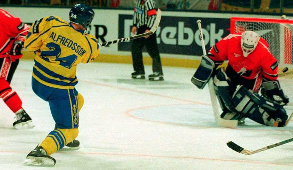 Daniel Alfredsson avgör VM-semifinalen mot Kanada i Globen.