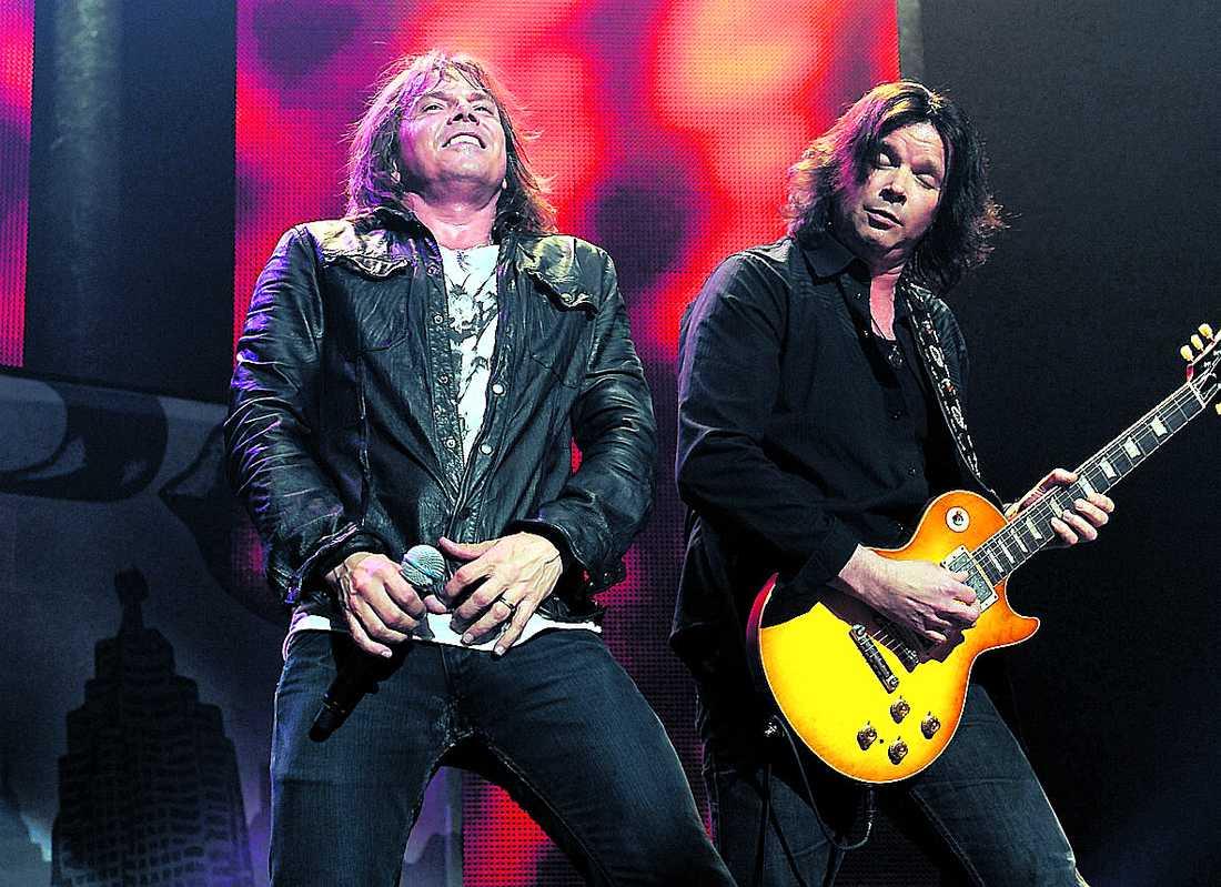 Joey Tempest och gitarristen John Norum får feeling under Europes spelning på Roundhouse i London.