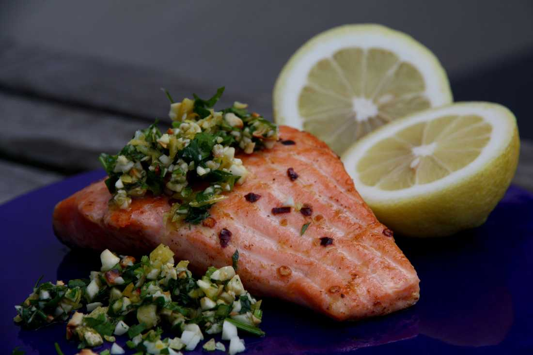 ÄT MER AV: Fisk och skaldjur, som lax. Fet fisk innehåller också nyttigt fett.