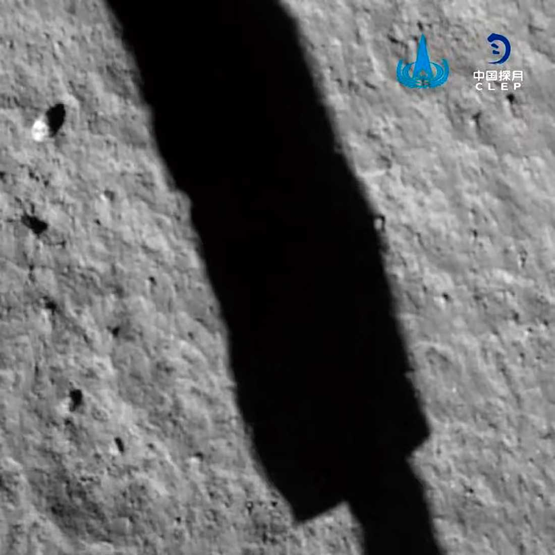 Chang'e 5 fotograferar delar av sin egen skugga på månytan. Bild från kinesiska rymdorganet CNSA.