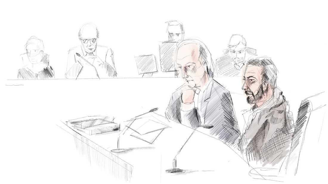 Teckning av försvarsadvokat Johan Eriksson och den åtalade i rättegången om stölden av regalierna i Strängnäs domkyrka sommaren 2018.