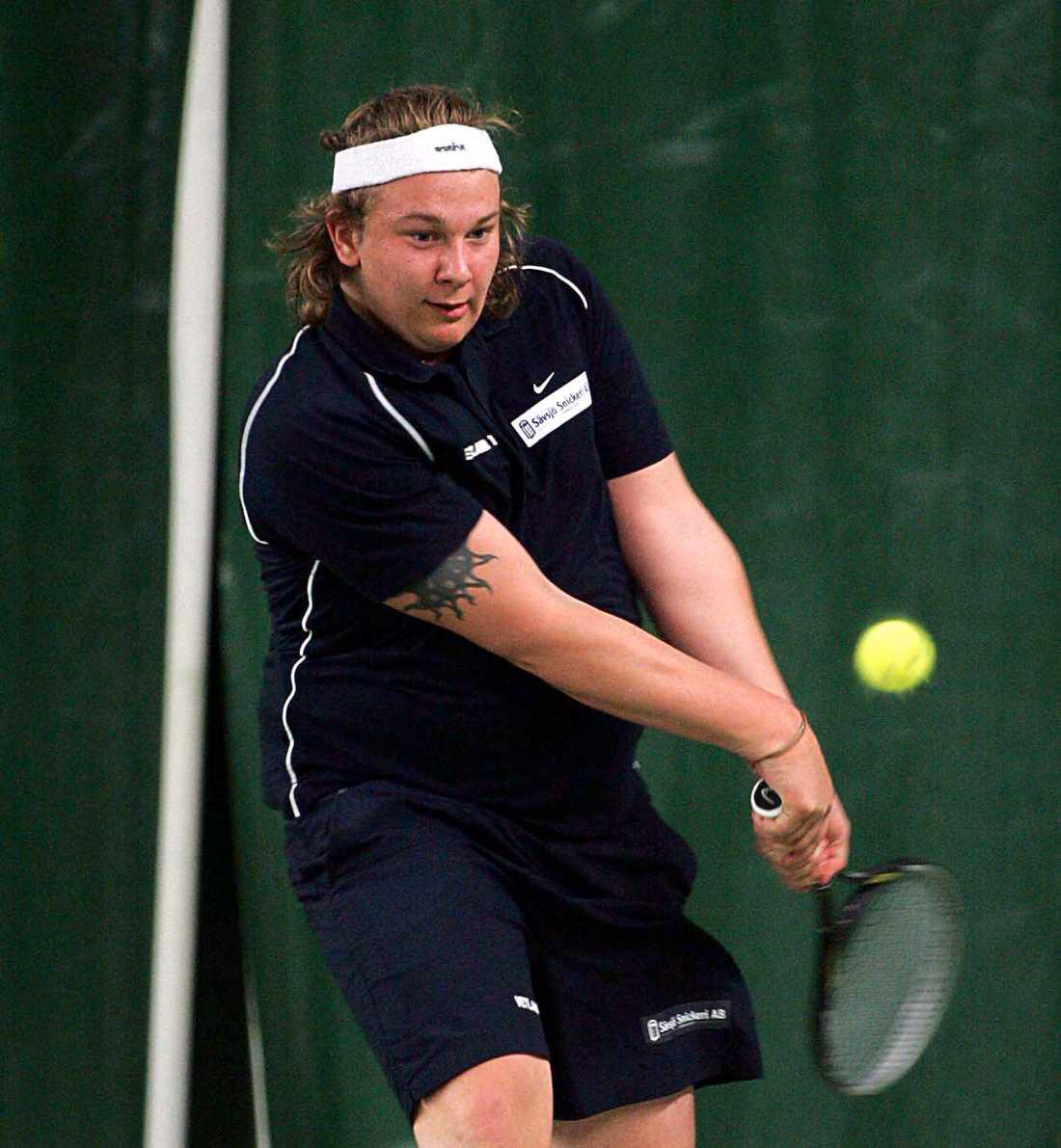 Robin Borg med tennisracket 2004.