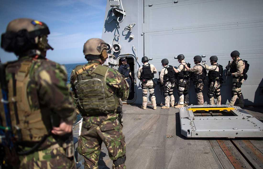 Rumänska specialstyrkor deltar i en övning på amerikanska jagaren USS Truxtun i Svarta Havet.