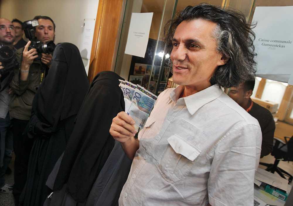 Den fransk-algeriske miljonären Rachid Nekkaz har tidigare betalat liknande böter i andra europeiska länder. Här i Bryssel 2011.
