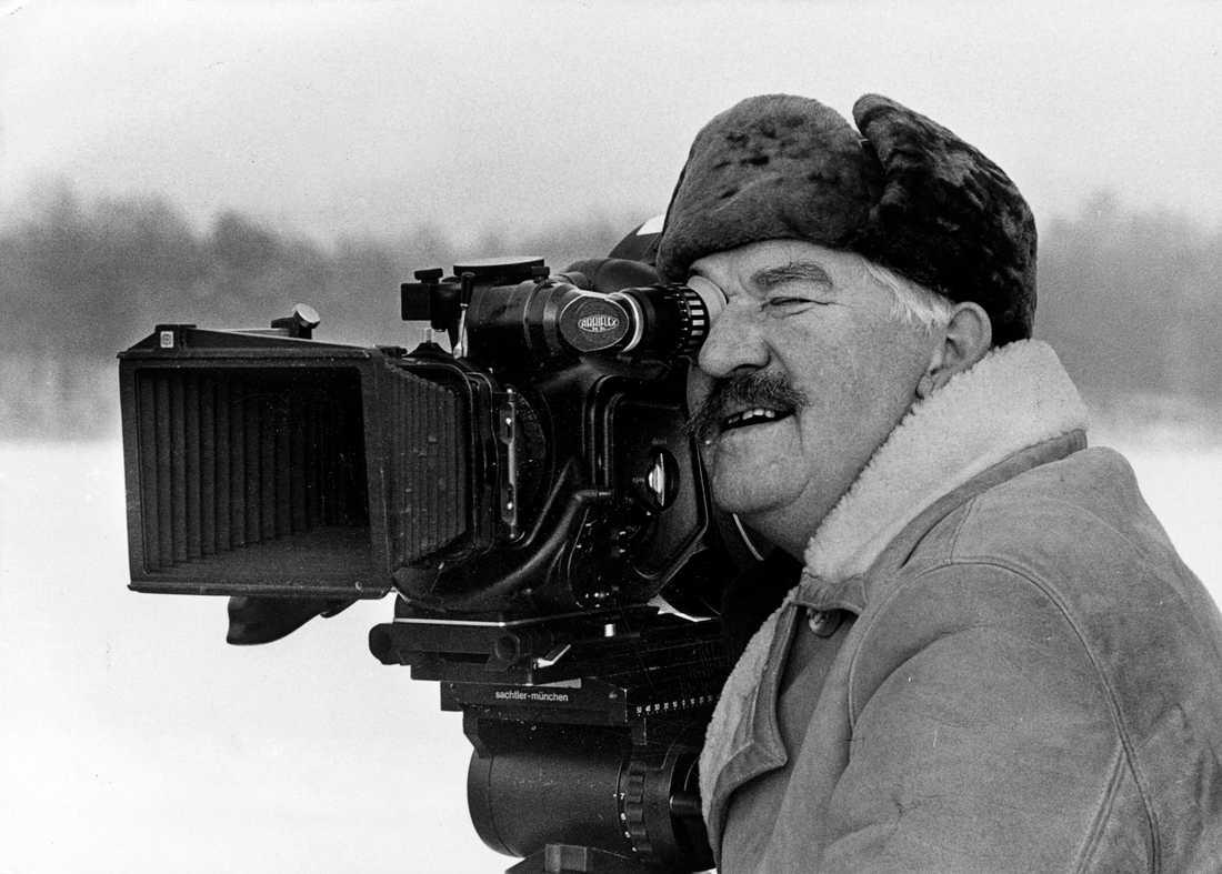 """Hasse Alfredson som regissör till filmen """"Falsk som vatten"""", 1985."""