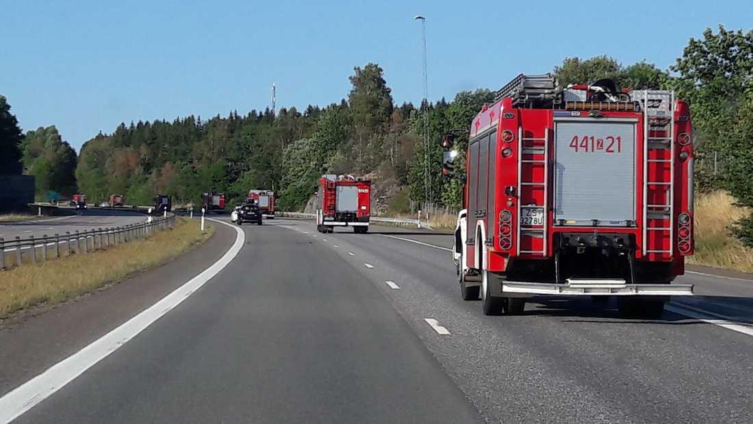 Konvojen av brandbilar från Polen passerade Jönköping på väg upp mot bränderna.