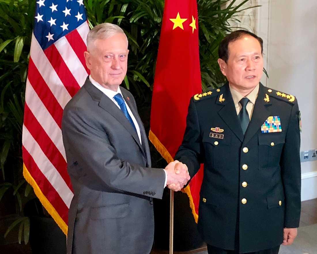 USA:s försvarsminister Jim Mattis och hans kinesiska motsvarighet Wei Fenghe tidigare i oktober. Arkivbild.