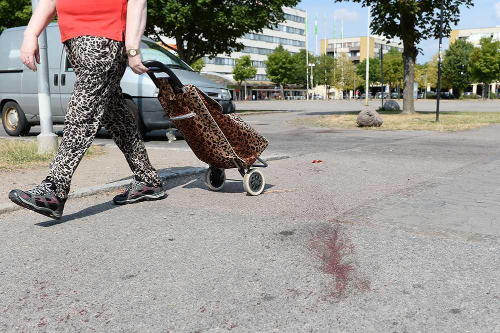 En förbipasserande går förbi platsen där skottlossningen ägde rum.