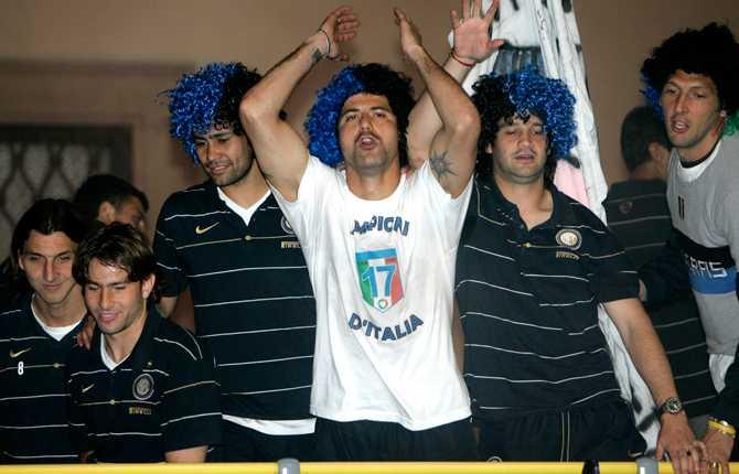 """Zlatan (längst till vänster) tar emot folkets jubel efter sin femte """"scudetto"""" i maj 2009."""