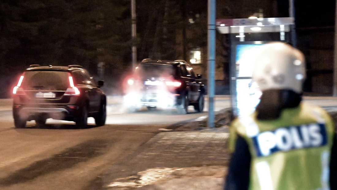 Jimmie Åkesson eskorteras iväg av polis.
