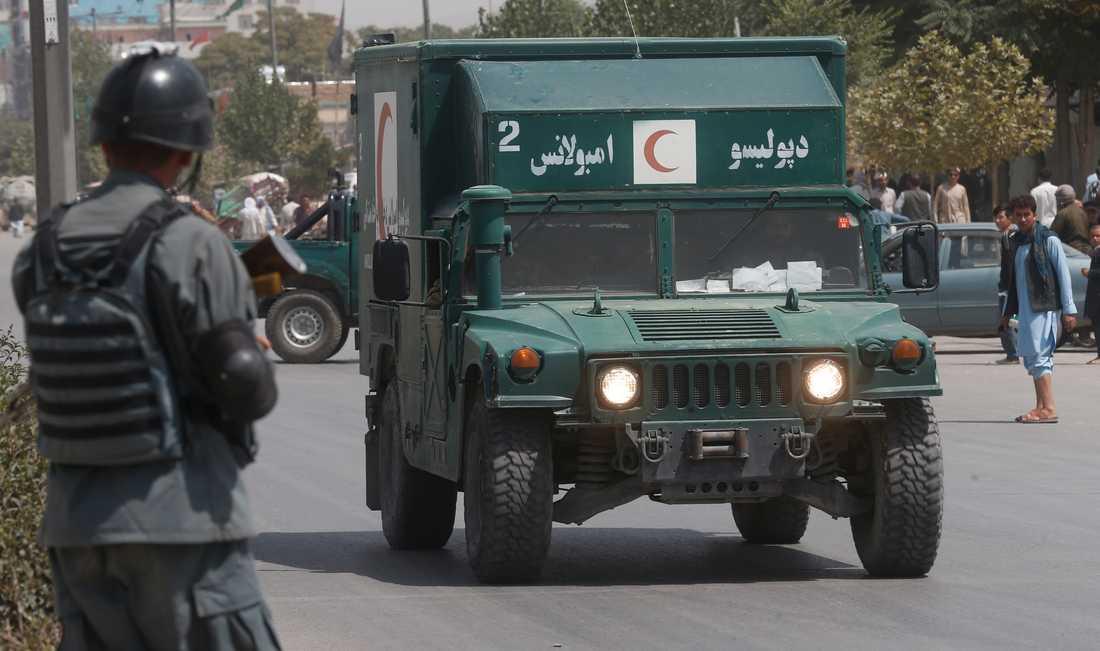 En afghansk militärambulans på väg mot attentatsplatsen.