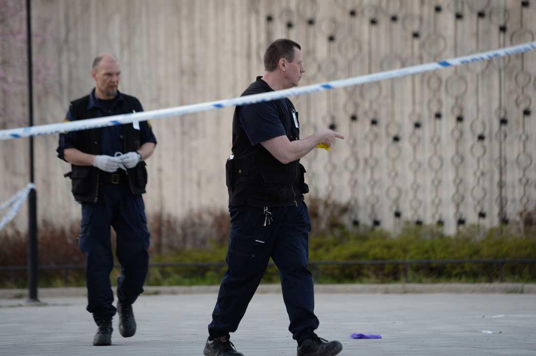 Polisen letar spårvid platsen för skjutningen.