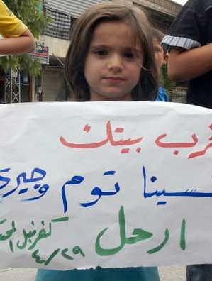 En liten flicka demonstrerar mot regimen.